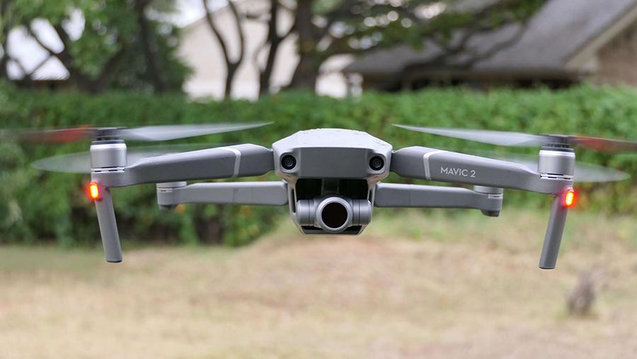 дрон для аэросъемки-зависание